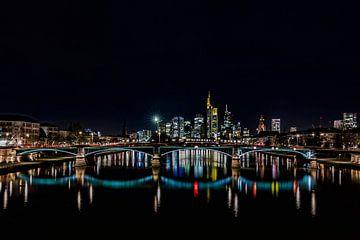 s Nachts op de Main in Frankfurt met uitzicht op de skyline van Fotos by Jan Wehnert