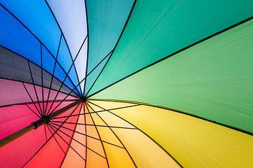 Bont gekleurde paraplu parasol in de zomer met tegenlicht van Tonko Oosterink