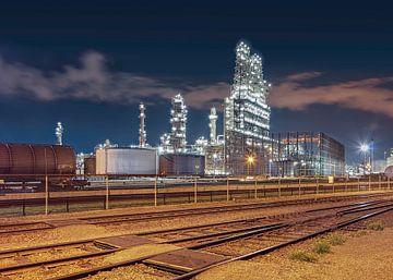 Petrochemische installaties met rangeerstation 's nachts, Antwerpen van Tony Vingerhoets