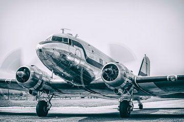 Vintage Douglas DC-3 airplane with turning propellors sur Sjoerd van der Wal
