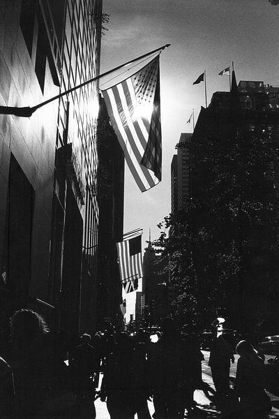 5th Avenue New York City met tegenlicht zwart-wit van David Berkhoff