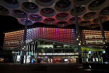 Kleurrijk avondbeeld van winkelcentrum Hoog Catharijne The Mall. van Eric de Jong