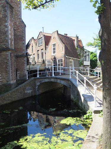 Delft op z`n mooist, gracht met oude huizen van