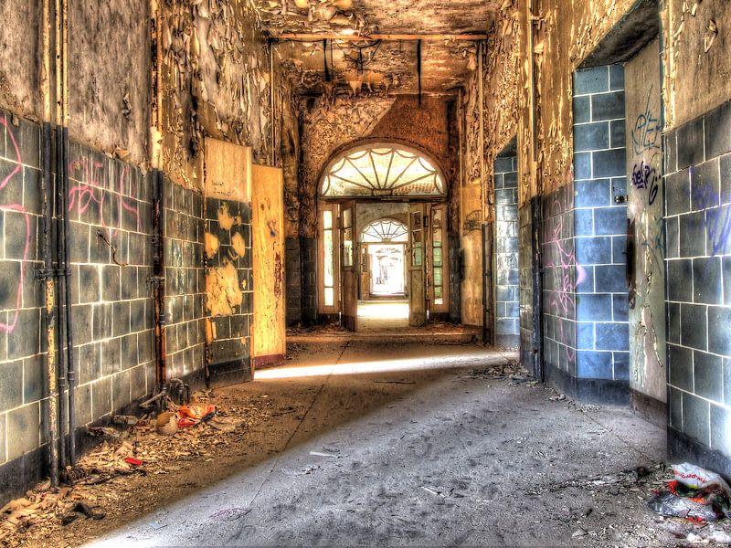 Zerbrochene Fenster und leere Flure in einem alten, verlassenen Gebäude von Tineke Visscher