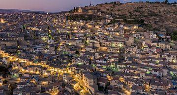 Oud Siciliaans dorp bij zonsondergang. van Mario Calma