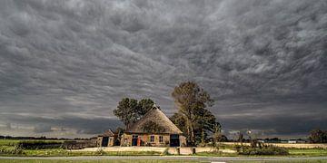 Boerderij vlak buiten de Friese dorpje Hallum met grillige wolkenlucht von Harrie Muis