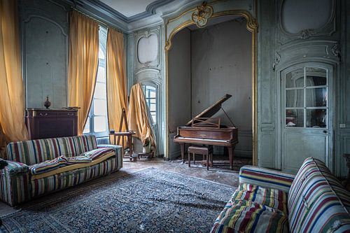 Piano in woonkamer van Inge van den Brande
