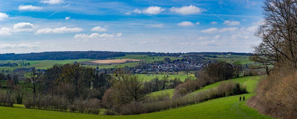 Zuid Limburgs voorjaarslandschap met uitzicht op Epen