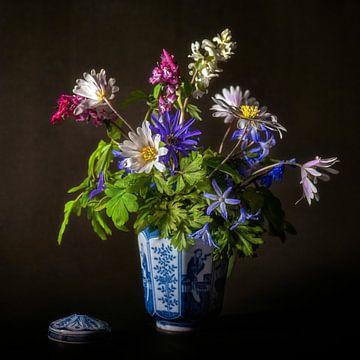 kleurrijk bloemstilleven in zachte tinten van Hanneke Luit