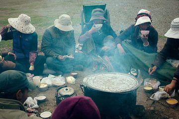 Tibetanen rondom vuur II von André van Bel