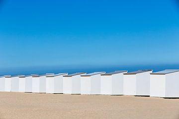 Witte strandhuisjes aan de Belgische kust van Evelien Oerlemans