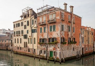 Häuser entlang des Kanals in der Altstadt von Venedig, Italien von Joost Adriaanse