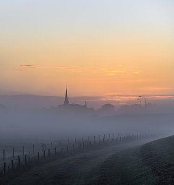 Kirche im Nebel von Tania Perneel