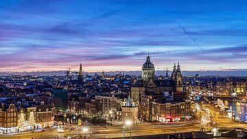 Skyline Amsterdam in de avond van Jeroen van Rooijen