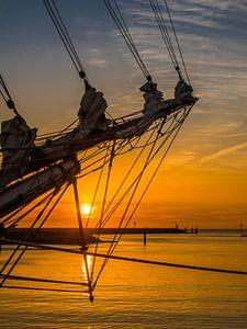 Zonsondergang in de haven van Harlingen met een boegspriet