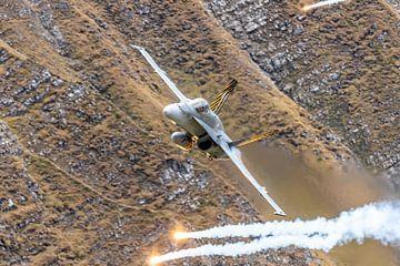 Fast 'n loud! Een Zwitserse Boeing F/A-18C Hornet vliegt laag en hard over de schietrange van de Zwi