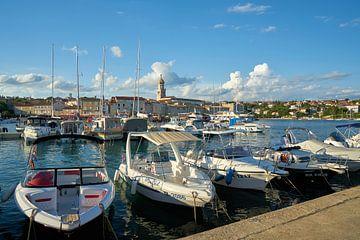 Bateaux dans le port de Krk en Croatie