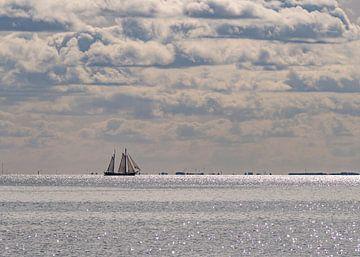 Segelboot auf einem silbernen Wattenmeer von Arie Jan van Termeij