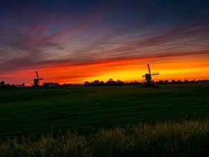 twee windmolens bij zonsopgang in Nederland. van Ruurd Dankloff