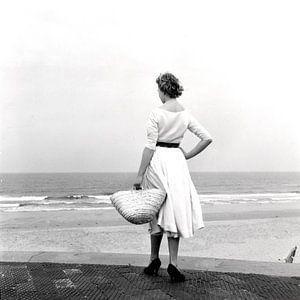 Vrouw in witte jurk op het strand