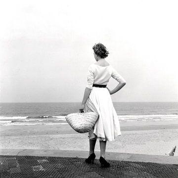 Vrouw in witte jurk op het strand van Hollandse Hoogte