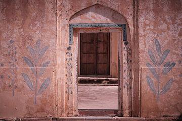 Poort met muurfresco's in het amber fort Jaipur van Karel Ham