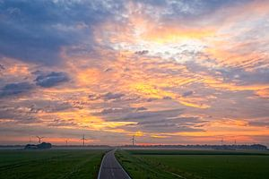 Zonsopkomst in het Hollandse polderlandschap
