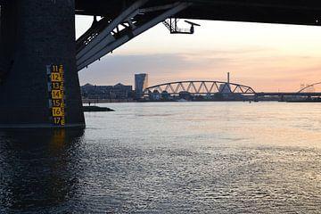 Waterstand bij zonsondergang van N.E. images