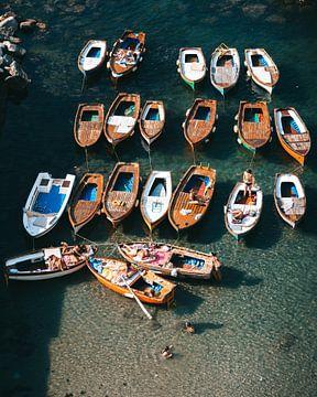 Bootjes en zwemmende mensen in de Middelandse-Zee voor de kust van Napels