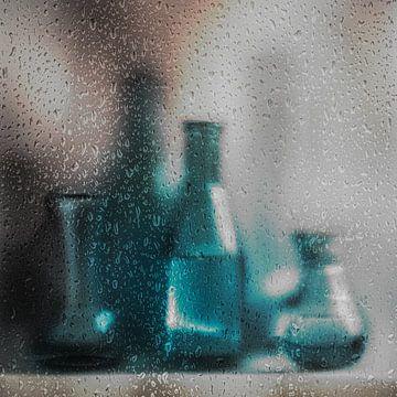 vaasjes achter regendruppels van Herman Coumans
