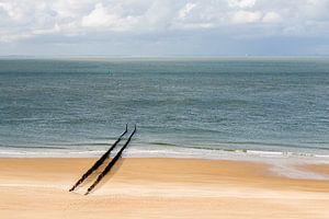 Een verlaten strand bij Zoutelande met een rij golfbrekers