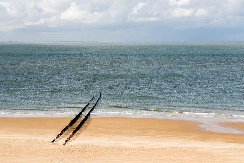 Een verlaten strand bij Zoutelande met een rij golfbrekers van Kim Willems