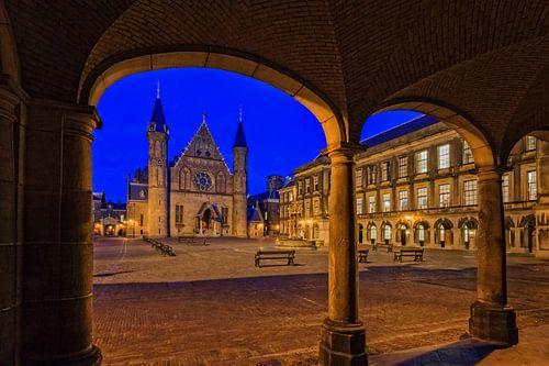 avond valt over de Ridderzaal op het Binnenhof in Den Haag
