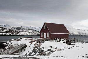 Houten vissershut bij een fjord op de eilanden Sommeroya and Hillesoya in Noord Noorwegen van