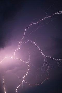 Blitz im dunklen nächtlichen Himmel während eines Gewitters von Sjoerd van der Wal