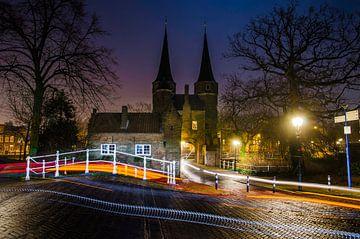 Delft | Oostpoort vanaf de Westzijde bij nacht van Ricardo Bouman