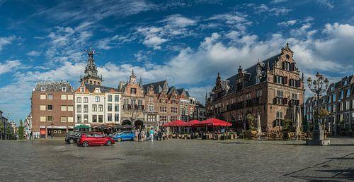 De Sint-Stevenskerk en de Boterwaag op de Grote Markt van Nijmegen