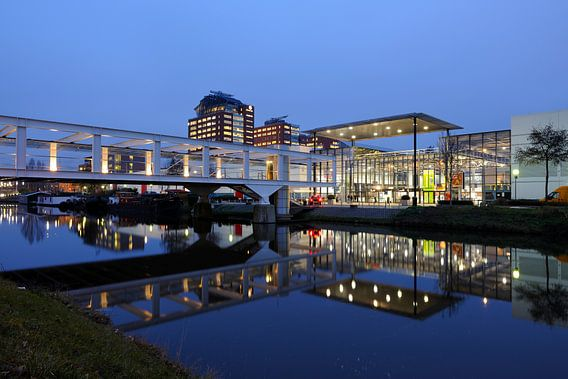 De achterzijde van de Jaarbeurshallen aan het Merwedekanaal in Utrecht