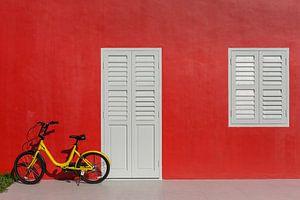 Mur rouge avec vélo d'enfant jaune