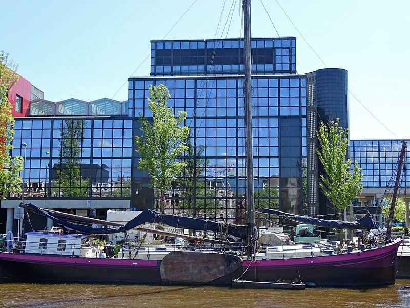 Oud en nieuw Leeuwarden weerspiegelt van Tineke Laverman