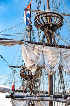 Zeilmasten van een historische oude houten zeilboot van