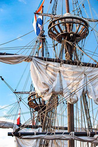 Zeilmasten van een historische oude houten zeilboot