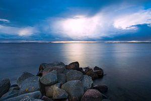 Regen wolkenlucht boven zee van