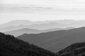 Nebulöse Landschaft mit Bergrücken in der Ardèche (schwarz-weiß) von Martijn Joosse