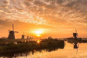 Sonnenaufgang Weltkulturerbe Mühlen Kinderdijk von Mark den Boer