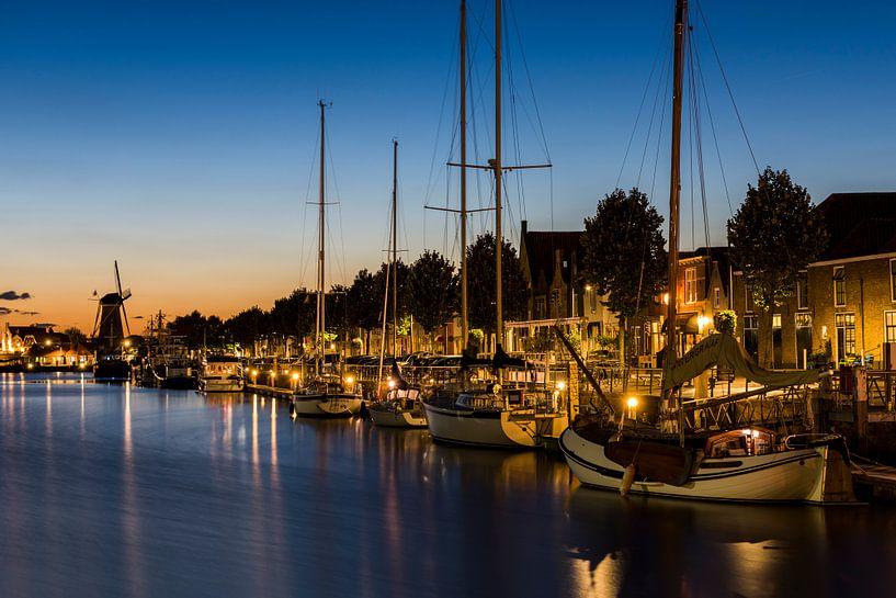 Boten en windmolen bij de Nieuwe Haven in Zierikzee van Daan Kloeg