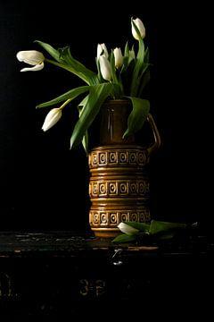 Foto van een jaren 70 vaas met witte tulpen. van Therese Brals