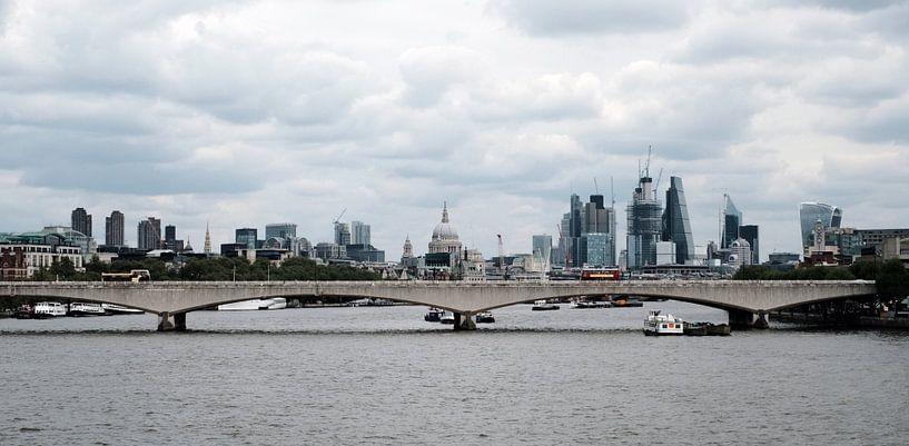 Panorama der Skyline von London, gesehen von der Themse von Roger VDB
