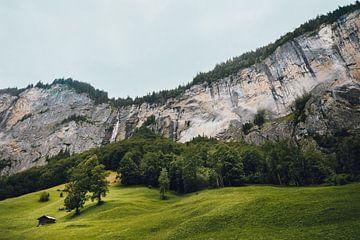 Hütte am Wasserfall, Lauterbrunnen, Schweiz   Stimmungsvolle Reisefotografie mit Hütte in den Schwei von Ilse Stronks   Lines and light inspired travel photography