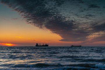 Schepen confronteren de wolken van Stephan van der Linde